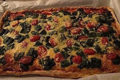 Pizza mit Spinat, Chorizo und Tomaten