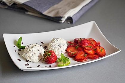Erdbeersalat mit Stracciatella-Quarkmousse