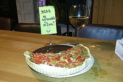 Vegane Quiche in grün-rot