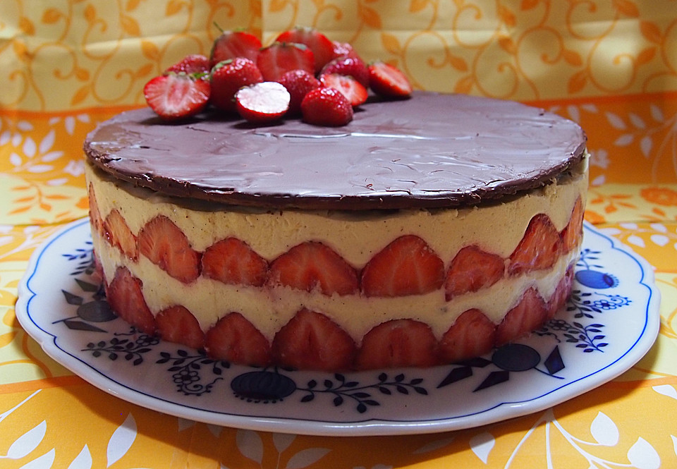Erdbeer Vanille Torte Mit Schokoladen Marzipandecke Von
