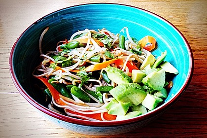 Schneller Sobanudelsalat mit Gemüse und Sprossen