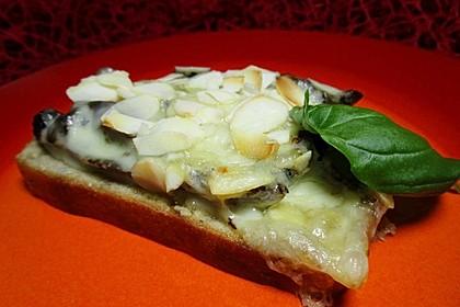 Crostini mit getrockneten Tomaten, Mandeln und Käse (Bild)