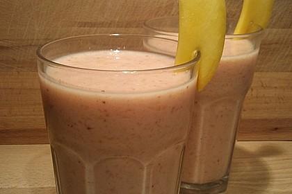 Drei-Frucht-Smoothie mit Mango, Banane und Erdbeeren (Bild)