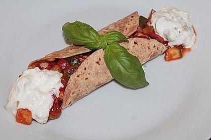 Wraps mit Zucchini-Füllung und Knoblauchjoghurt
