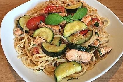 Spaghetti mit Gemüse und gebratenem Lachs