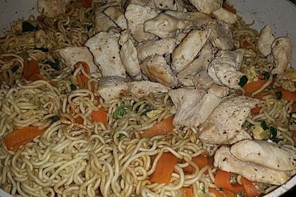 Chinesisch gebratene Nudeln mit Hühnchenfleisch, Ei und Gemüse 66
