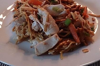 Chinesisch gebratene Nudeln mit Hühnchenfleisch, Ei und Gemüse 91