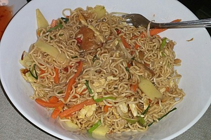 Chinesisch gebratene Nudeln mit Hühnchenfleisch, Ei und Gemüse 69