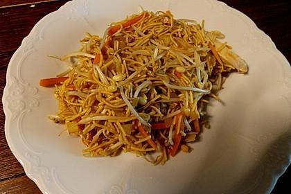 Chinesisch gebratene Nudeln mit Hühnchenfleisch, Ei und Gemüse 31