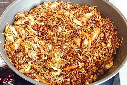Chinesisch gebratene Nudeln mit Hühnchenfleisch, Ei und Gemüse 95