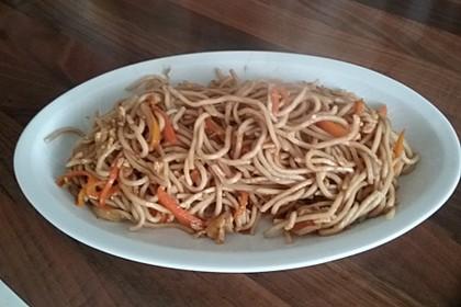 Chinesisch gebratene Nudeln mit Hühnchenfleisch, Ei und Gemüse 111