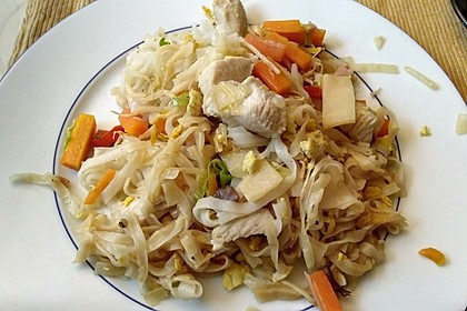 Chinesisch gebratene Nudeln mit Hühnchenfleisch, Ei und Gemüse 120