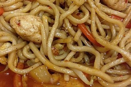 Chinesisch gebratene Nudeln mit Hühnchenfleisch, Ei und Gemüse 105