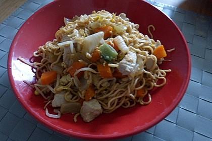 Chinesisch gebratene Nudeln mit Hühnchenfleisch, Ei und Gemüse 93