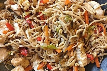 Chinesisch gebratene Nudeln mit Hühnchenfleisch, Ei und Gemüse 55