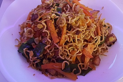 Chinesisch gebratene Nudeln mit Hühnchenfleisch, Ei und Gemüse 80