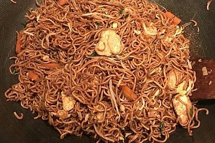 Chinesisch gebratene Nudeln mit Hühnchenfleisch, Ei und Gemüse 59