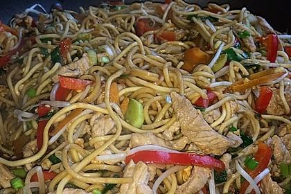 Chinesisch gebratene Nudeln mit Hühnchenfleisch, Ei und Gemüse 44