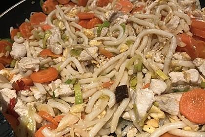 Chinesisch gebratene Nudeln mit Hühnchenfleisch, Ei und Gemüse 53