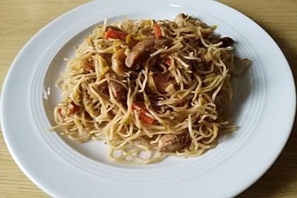 Chinesisch gebratene Nudeln mit Hühnchenfleisch, Ei und Gemüse 112