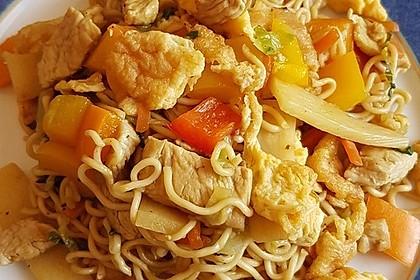 Chinesisch gebratene Nudeln mit Hühnchenfleisch, Ei und Gemüse 70