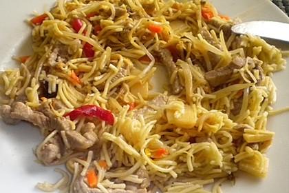 Chinesisch gebratene Nudeln mit Hühnchenfleisch, Ei und Gemüse 88