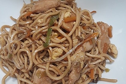 Chinesisch gebratene Nudeln mit Hühnchenfleisch, Ei und Gemüse 48
