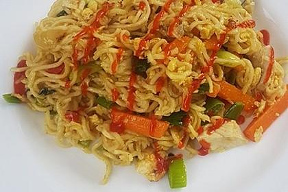Chinesisch gebratene Nudeln mit Hühnchenfleisch, Ei und Gemüse 110
