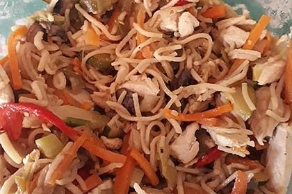 Chinesisch gebratene Nudeln mit Hühnchenfleisch, Ei und Gemüse 113
