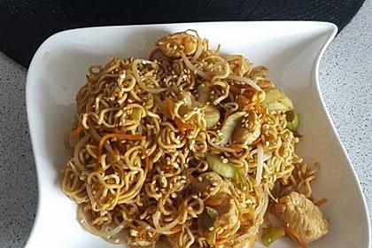 Chinesisch gebratene Nudeln mit Hühnchenfleisch, Ei und Gemüse 119