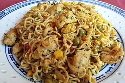 Chinesisch gebratene Nudeln mit Hühnchenfleisch, Ei und Gemüse 115