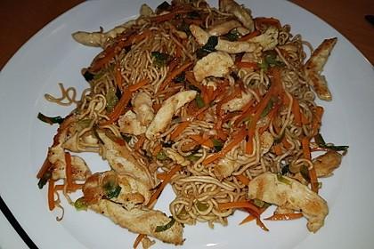 Chinesisch gebratene Nudeln mit Hühnchenfleisch, Ei und Gemüse 28