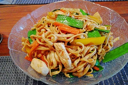 Chinesisch gebratene Nudeln mit Hühnchenfleisch, Ei und Gemüse 103