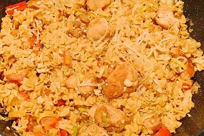 Chinesisch gebratene Nudeln mit Hühnchenfleisch, Ei und Gemüse 100