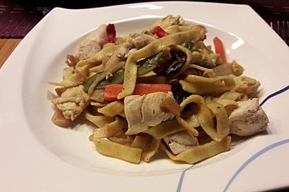 Chinesisch gebratene Nudeln mit Hühnchenfleisch, Ei und Gemüse 65