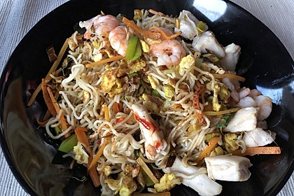 Chinesisch gebratene Nudeln mit Hühnchenfleisch, Ei und Gemüse 23