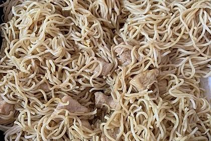 Chinesisch gebratene Nudeln mit Hühnchenfleisch, Ei und Gemüse 118