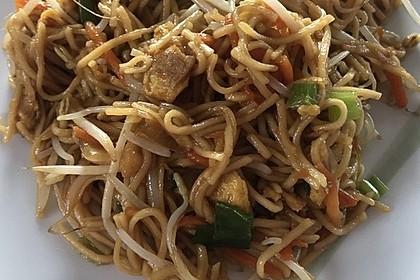 Chinesisch gebratene Nudeln mit Hühnchenfleisch, Ei und Gemüse 40