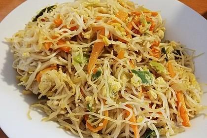 Chinesisch gebratene Nudeln mit Hühnchenfleisch, Ei und Gemüse 41