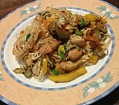 Chinesisch gebratene Nudeln mit Hühnchenfleisch, Ei und Gemüse (Bild)