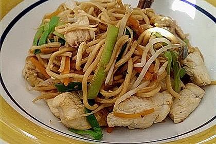 Chinesisch gebratene Nudeln mit Hühnchenfleisch, Ei und Gemüse 3