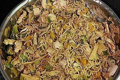 Chinesisch gebratene Nudeln mit Hühnchenfleisch, Ei und Gemüse 46
