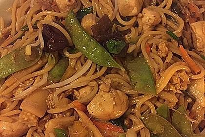 Chinesisch gebratene Nudeln mit Hühnchenfleisch, Ei und Gemüse 14