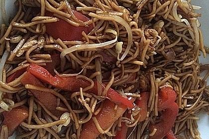 Chinesisch gebratene Nudeln mit Hühnchenfleisch, Ei und Gemüse 56