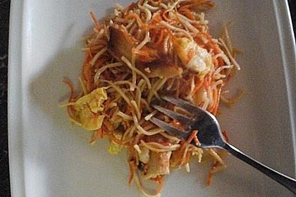 Chinesisch gebratene Nudeln mit Hühnchenfleisch, Ei und Gemüse 58