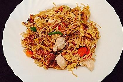 Chinesisch gebratene Nudeln mit Hühnchenfleisch, Ei und Gemüse 22