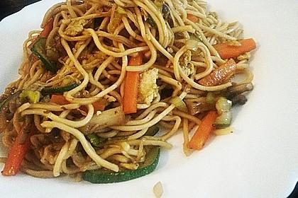 Chinesisch gebratene Nudeln mit Hühnchenfleisch, Ei und Gemüse 16