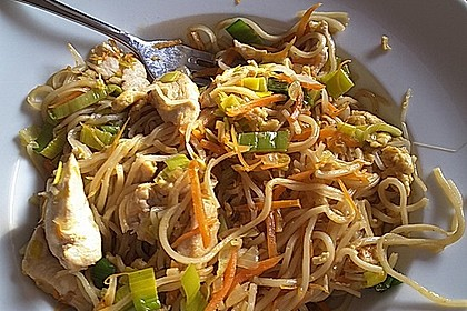 Chinesisch gebratene Nudeln mit Hühnchenfleisch, Ei und Gemüse 13