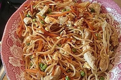 Chinesisch gebratene Nudeln mit Hühnchenfleisch, Ei und Gemüse 89
