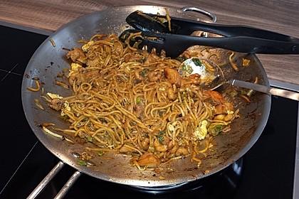 Chinesisch gebratene Nudeln mit Hühnchenfleisch, Ei und Gemüse 81